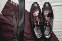 Traje, corbata, zapatos de cuero en una materia textil blanca Novios que se casan mañana Ciérrese para arriba de los accesorios d Foto de archivo