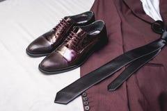 Traje, corbata, zapatos de cuero en una materia textil blanca Novios que se casan mañana Ciérrese para arriba de los accesorios d Foto de archivo libre de regalías