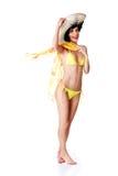 Traje de baño de la mujer integral y sombrero del verano que llevan Imagen de archivo libre de regalías