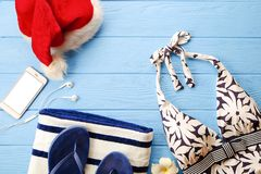Traje de baño del ` s de la mujer y accesorio de la playa con la opinión superior del sombrero de Papá Noel, endecha plana, espac Imagenes de archivo