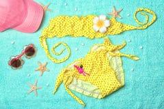 Traje de baño del ` s de la niña con las gafas de sol Fotografía de archivo