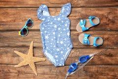 Traje de baño del ` s de la niña con las gafas de sol, sandalias Fotografía de archivo libre de regalías