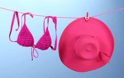 Traje de baño y sombrero del sujetador de las mujeres Foto de archivo libre de regalías