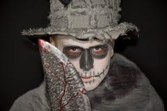 Traje de Dia das Bruxas com um talhador de carne ensanguentado Fotos de Stock