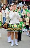 Traje de Irlanda del desgaste de mujer en desfile del día del ` s de St Patrick imágenes de archivo libres de regalías