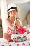 Traje de natación de la muchacha y sombrero de paja que desgastan Fotografía de archivo libre de regalías