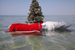 Traje de Papá Noel en el colchón en el mar Foto de archivo