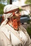 Traje de período de las Edades Medias - la mujer caucásica mayor se vistió en vestido blanco simple Imagenes de archivo