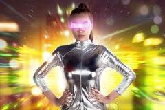 Traje de plata del látex de la mujer que lleva asiática