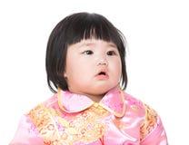 Traje del cheongsam del bebé que lleva por Año Nuevo chino fotografía de archivo libre de regalías