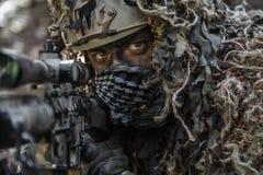 Traje del ghillie del francotirador que lleva Imagenes de archivo