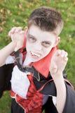 Traje del vampiro del muchacho que desgasta joven el Víspera de Todos los Santos Fotos de archivo