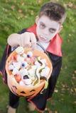 Traje del vampiro del muchacho que desgasta joven el Víspera de Todos los Santos Fotografía de archivo libre de regalías