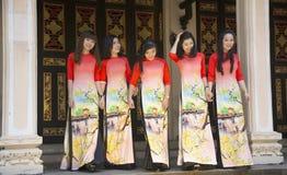 Traje do nacional do Ao Dai Vietnamese fotografia de stock