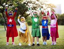 Traje do super-herói do desgaste das crianças fora foto de stock royalty free