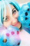 Traje e pata azuis do cabelo da menina de Cosplay Olhos intensos Imagem de Stock