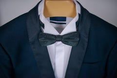 Traje elegante de los azules marinos con la camisa y la corbata de lazo blancas Imagen de archivo