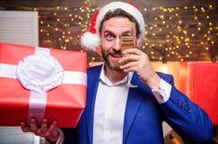 Traje formal del encargado alegre celebrar el partido corporativo Partido del Año Nuevo aclamaciones El hombre de negocios barbud imagen de archivo