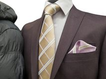 Traje formal y un abrigo de invierno común en una exposición aislado en blanco fotografía de archivo