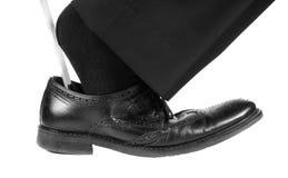 Traje negro, calcetines en el zapato de cuero negro con el calzador Foto de archivo libre de regalías