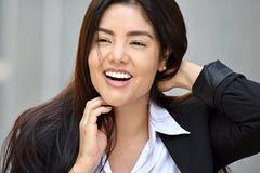 Traje que lleva bonito de risa de la mujer de negocios Imagen de archivo