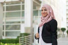Traje que lleva de la muchacha malaya hermosa al aire libre fotos de archivo libres de regalías