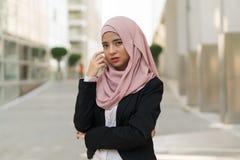 Traje que lleva de la muchacha malaya hermosa al aire libre imagenes de archivo