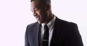 Traje que lleva y sonrisa del hombre africano atractivo imagen de archivo libre de regalías