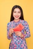 Traje tradicional Ao Dai del festival de la mujer vietnamita, sosteniéndose con referencia a Fotografía de archivo