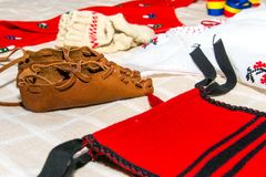 Traje tradicional romeno com sandália do camponês Fotografia de Stock Royalty Free