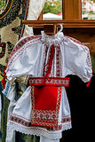 Traje tradicional rumano para la niña Imagen de archivo