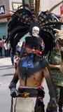 Traje vestindo do guerreiro do dançarino mexicano foto de stock