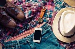 Traje y accesorios para los hombres, colocados en un piso de madera Foto de archivo