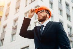 Traje y casco que llevan del constructor del ingeniero en el emplazamiento de la obra Imagen de archivo