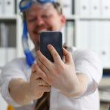 Traje y lazo que llevan del hombre en gafas y tubo respirador fotos de archivo libres de regalías