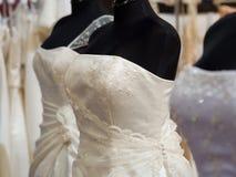 Trajes brancos da noiva em mannequins da loja Imagem de Stock Royalty Free