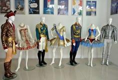 Trajes de la colección de diseñador Dmitry Paradizov de Moscú en el museo de la gloria de los deportes de Sochi, Rusia Foto de archivo libre de regalías