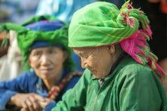 Trajes de las mujeres de la minoría étnica, en el viejo mercado de Dong Van fotografía de archivo libre de regalías