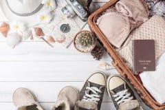 Trajes de los accesorios del viaje en el fondo de madera blanco Imagen de archivo