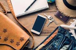 Trajes de los accesorios del viaje en piso de madera Imagen de archivo libre de regalías