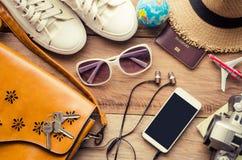 Trajes de los accesorios del viaje en piso de madera Foto de archivo libre de regalías