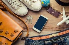 Trajes de los accesorios del viaje en piso de madera Fotografía de archivo libre de regalías