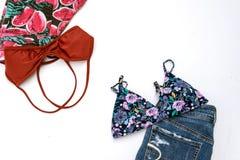 Trajes de los accesorios del viaje, fondo de las vacaciones de verano, bikini Foto de archivo libre de regalías