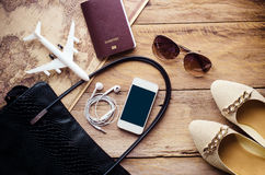 Trajes de los accesorios del viaje Los pasaportes, teléfono elegante, accesorios se prepararon para el viaje Imagen de archivo