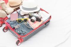 Trajes de los accesorios del viaje Pasaporte, equipaje, cámara Imagen de archivo libre de regalías