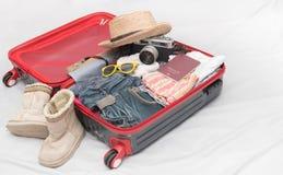 Trajes de los accesorios del viaje Pasaporte, equipaje, cámara, sunglass Imagen de archivo libre de regalías