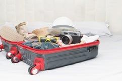 Trajes de los accesorios del viaje Pasaporte, equipaje, cámara, sunglass Fotos de archivo