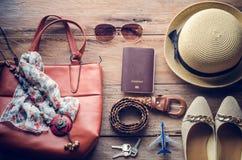 Trajes de los accesorios del viaje Pasaportes, accesorios preparados para el viaje Imágenes de archivo libres de regalías