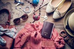 Trajes de los accesorios del viaje Pasaportes, accesorios preparados para el viaje Foto de archivo libre de regalías