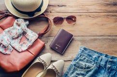 Trajes de los accesorios del viaje Pasaportes, accesorios preparados para el viaje Imagen de archivo libre de regalías